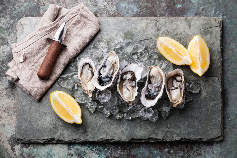 Oysters with ice and lemon